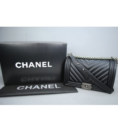CHANEL BOY CHEVRON MEDIUM